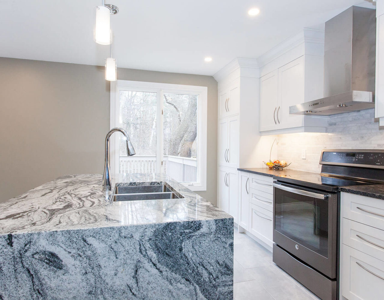 Island - Viscount White Granite, Perimeter- Silver Pearl Granite